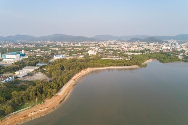 Vue aérienne de drone tiré du parc de saparnhin à phuket en thaïlande.