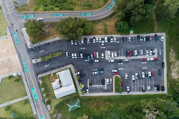 Vue aérienne d'un drone tiré d'un parking de véhicules en plein air dans le parc.