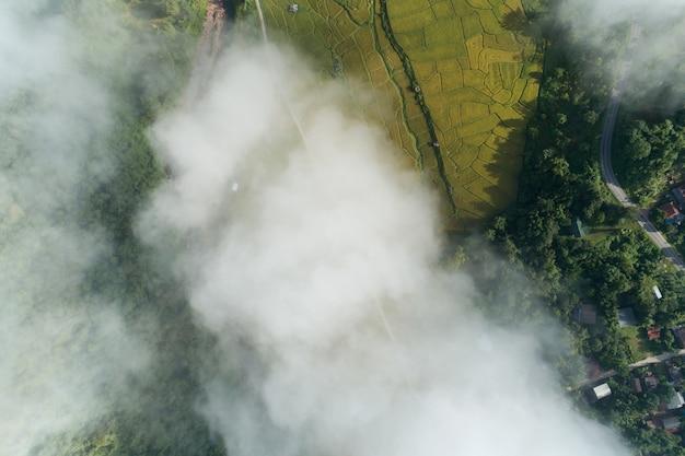 Vue aérienne d'un drone sur des vagues de brouillard qui coulent sur la forêt tropicale de montagne, image de vue à vol d'oiseau sur les nuages arrière-plan de la nature incroyable avec des nuages et des sommets de montagne à nan en thaïlande.