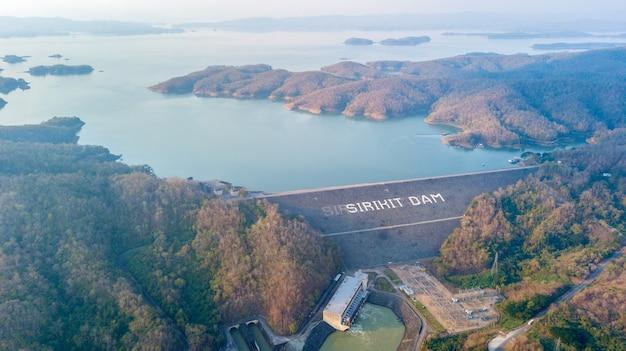 Vue aérienne du barrage sirikit dans la province d'uttaradit