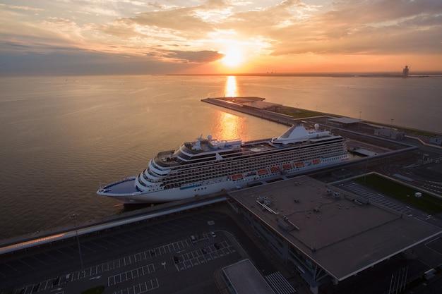 Vue aérienne du bateau de croisière dans le port au coucher du soleil