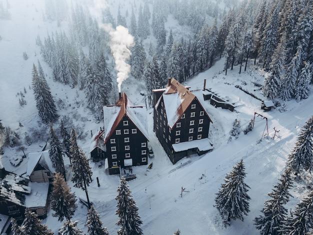 Vue aérienne du bâtiment de l'hôtel à l'espace de copie de la station de ski