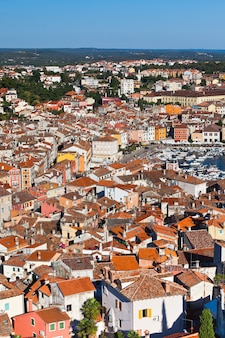 Vue aérienne du beffroi de rovinj, croatie. jour d'été lumineux