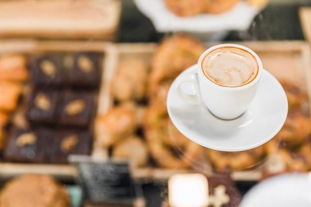 Vue aérienne du café sur le comptoir en verre