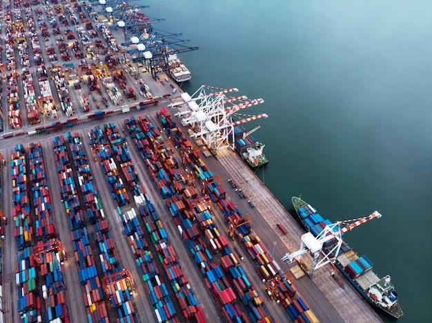 Vue aérienne du cargo porte-conteneurs dans le port de triage international de fret dans la nuit.