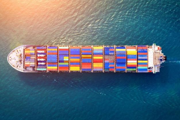 Vue aérienne du cargo porte-conteneurs en mer.