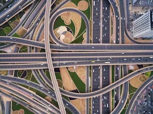 Vue aérienne du carrefour routier avec une voie ferrée à dubaï, émirats arabes unis