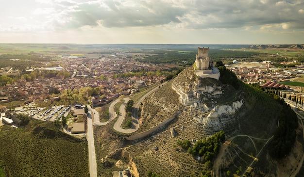 Vue aérienne du célèbre château de peñafiel à valladolid au crépuscule.