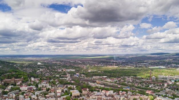 Vue aérienne du centre historique de la ville de tchernivtsi par le dessus de l'ouest de l'ukraine.