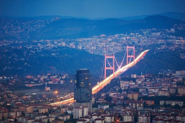 Vue aérienne du centre-ville d'istanbul avec des gratte-ciel la nuit