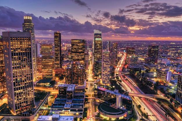 Vue aérienne du centre-ville de los angeles la nuit
