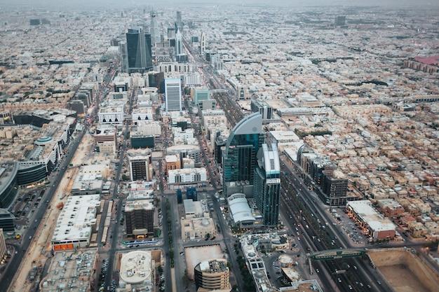 Vue aérienne du centre-ville de riyad le soir