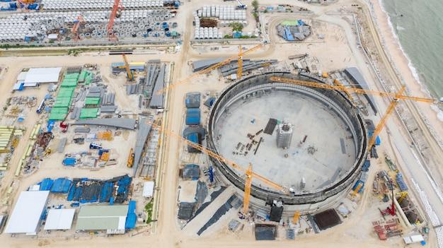 Vue aérienne du chantier de construction de réservoirs de pétrole de raffinerie