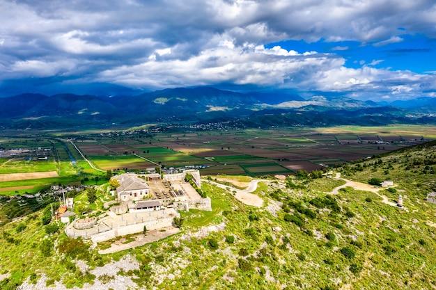 Vue aérienne du château de lekuresi à saranda, albanie du sud