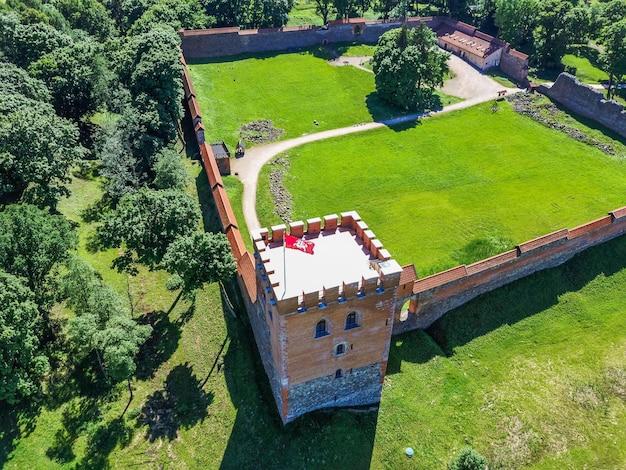 Vue aérienne du château médiéval de medininkai, lituanie.