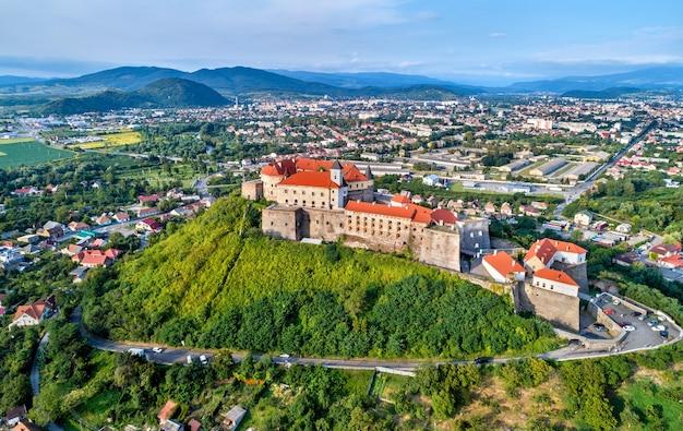 Vue aérienne du château de palanok à moukatchevo - transcarpatie, ukraine