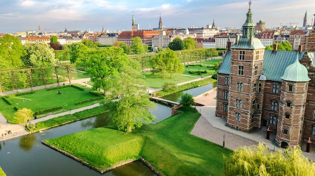 Vue aérienne du château de rosenborg slot et beau jardin d'en haut, kongens have park à copenhague, danemark