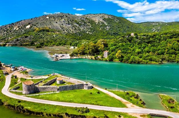 Vue aérienne du château triangulaire vénitien et du canal vivari à butrint en albanie