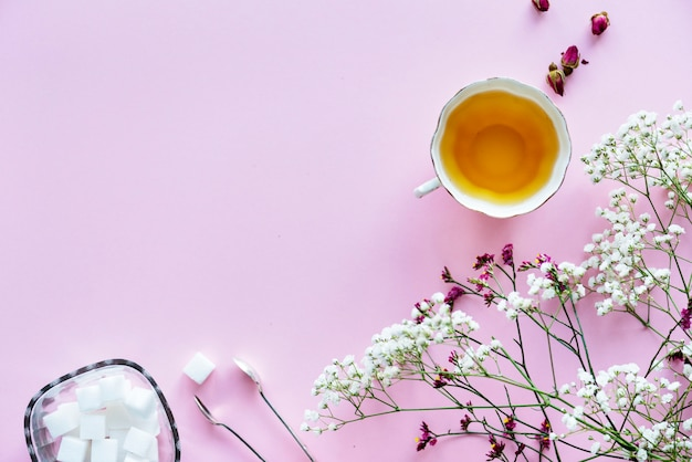 Vue aérienne du concept de décor féminin boisson chaude thé