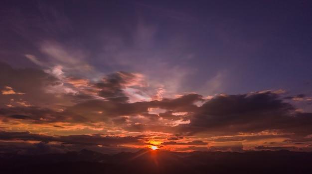 Vue aérienne du coucher de soleil coloré en été.