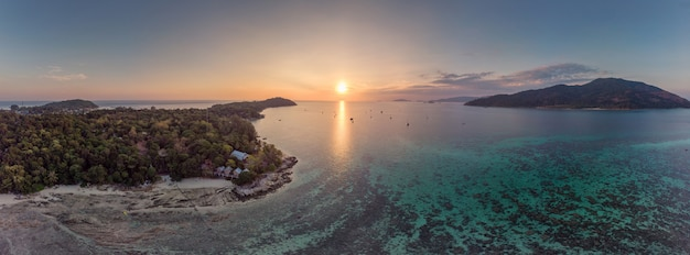 Vue aérienne du coucher de soleil sur la mer tropicale avec l'île paradisiaque de lipe
