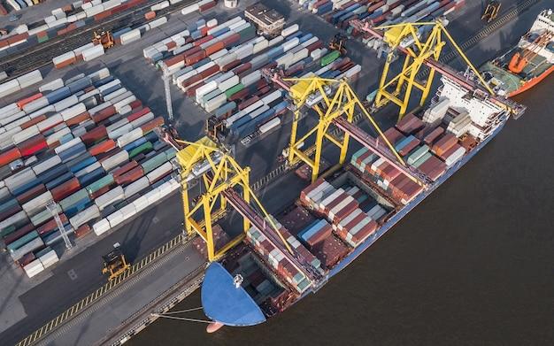 Vue aérienne du déchargement des porte-conteneurs dans le port maritime