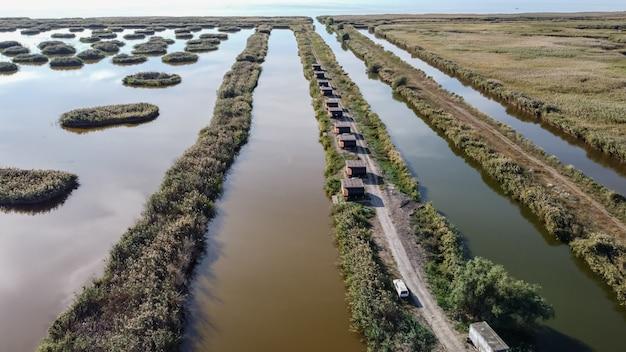 Vue aérienne du delta du danube avec canaux d'eau et végétation des prés