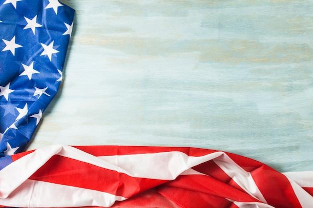 Une vue aérienne du drapeau américain avec les étoiles et les rayures sur fond texturé en bois
