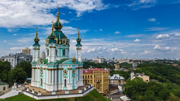 Vue aérienne du drone aérien de l'église saint-andré et de la rue andreevska, paysage urbain du quartier de podol, ville de kiev (kiev), ukraine