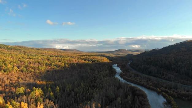 Vue aérienne du drone de la rivière, forêt d'automne, colline et route paysage nature d'automne au coucher du soleil