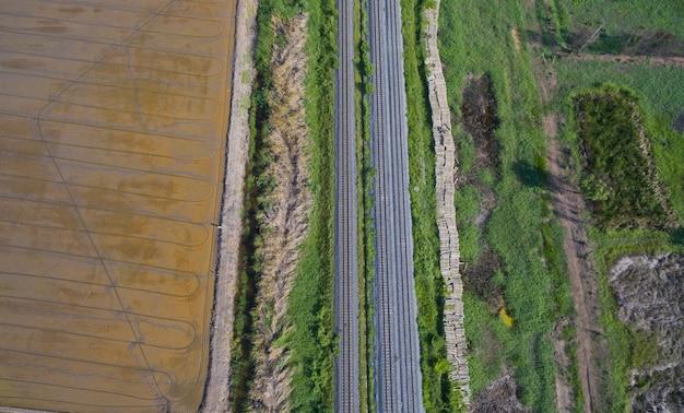 Vue aérienne du drone volant de la voie ferrée, train