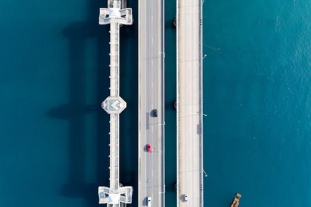 Vue aérienne du drone vue du pont avec des voitures sur la route du pont