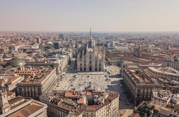 Vue aérienne du duomo di milano, galleria vittorio emanuele ii, piazza del duomo