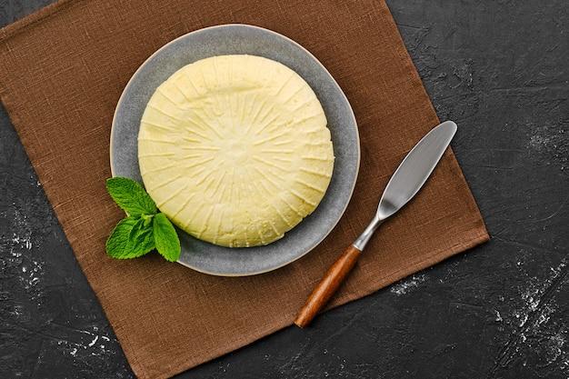 Vue aérienne du fromage adyghe sur la plaque