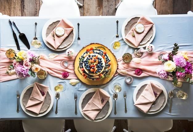 Vue aérienne du gâteau de mariage fruité sur la table de réception de mariage