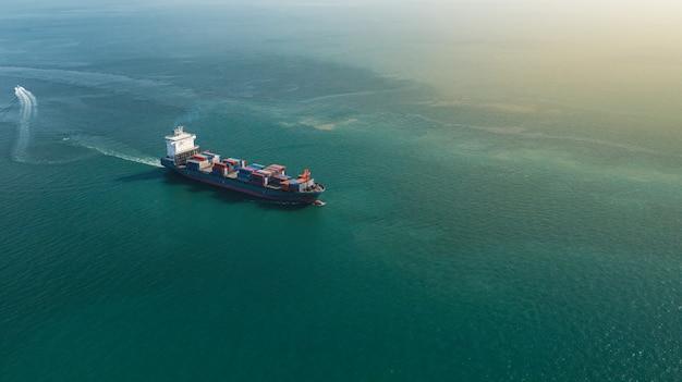 Vue aérienne du grand cargo porte-conteneurs dans les affaires d'exportation et d'importation et de la logistique en mer