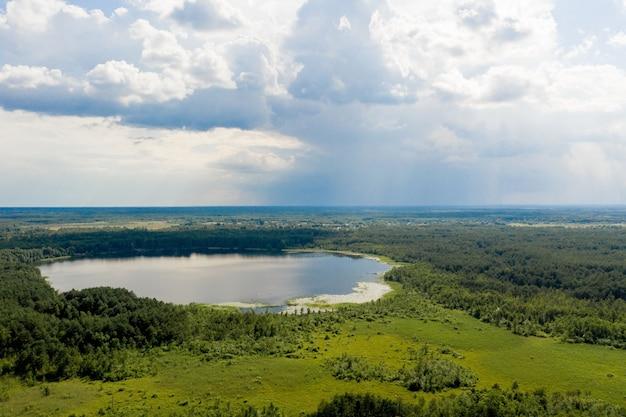 Vue aérienne du grand lac de campagne pour la pêche