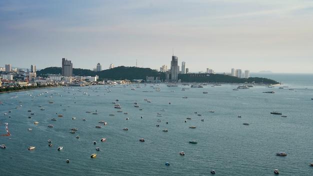 Vue aérienne du haut. de nombreux bateaux à voile, à moteur, à moteur, bateaux à voile, voiliers dans la ville de pattaya, en thaïlande.