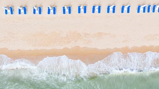 Vue aérienne du haut sur la plage de sable fin. parapluies.