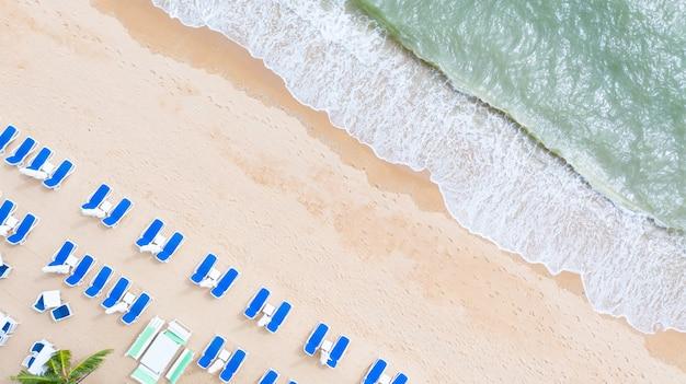 Vue aérienne du haut sur la plage de sable fin.