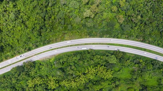 Vue aérienne du haut d'une route provinciale traversant une forêt