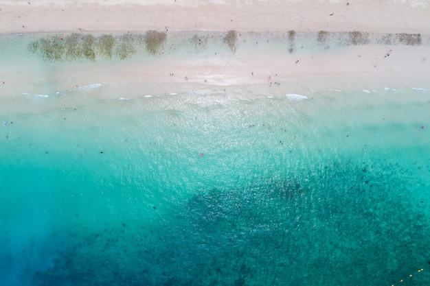 Vue aérienne du haut des vagues de l'océan, de la plage et de la côte rocheuse et de la belle forêt.