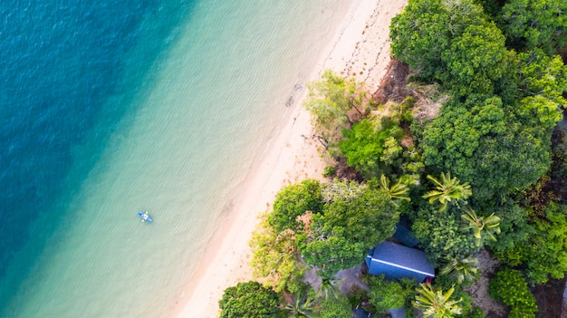 Vue aérienne du kayak autour de la mer avec de l'eau bleu émeraude et de la mousse de vagues