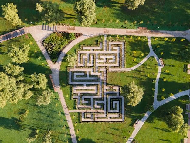 Vue aérienne du labyrinthe de buissons dans le parc