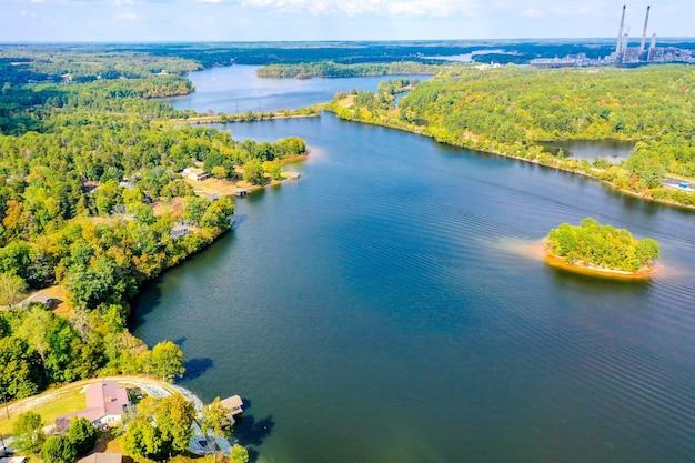 Vue aérienne du lac belews en caroline du nord, usa avec une petite île, maisons, centrale électrique