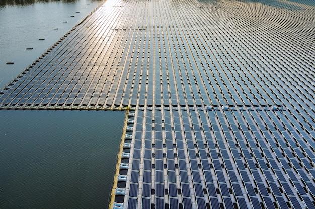 Vue aérienne du lac dans l'électricité alternative renouvelable sur la plate-forme de cellules de panneaux solaires flottants