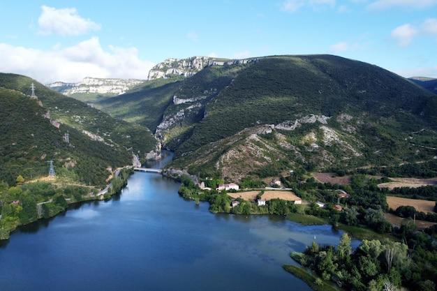 Vue aérienne du lac el sobron et du canyon de l'èbre à burgos, espagne