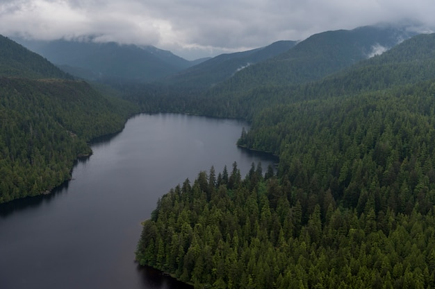 Vue aérienne du lac mercer, district régional de skeena-queen charlotte, haida gwaii, île graham, br