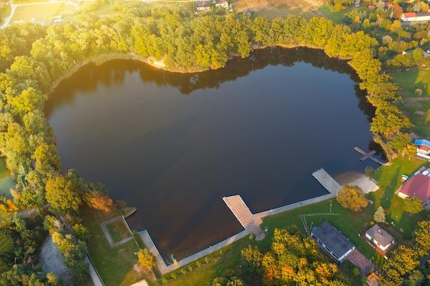 Vue aérienne du lac parmi les arbres en forme de coeur dans le village de dolny brzeg, pologne