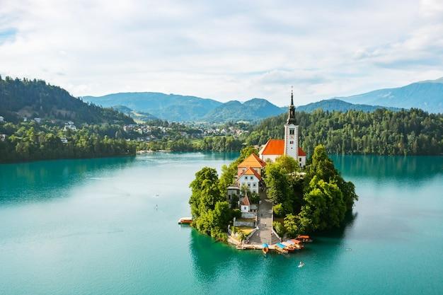 Vue aérienne du lac saigné avec l'église de pèlerinage de l'assomption de marie sur la petite île du